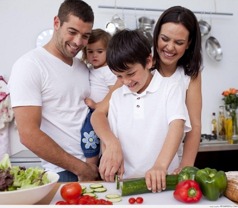 Cả nhà vui vẻ vào bếp với bếp từ