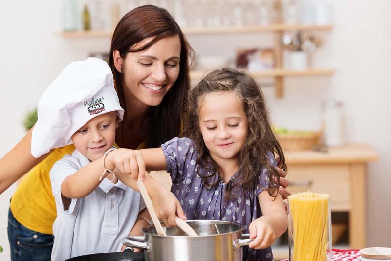 Yên tâm khi dạy con trẻ nấu ăn