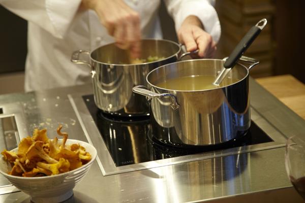 Nấu ăn với bếp điện- từ Amica PI3512TF
