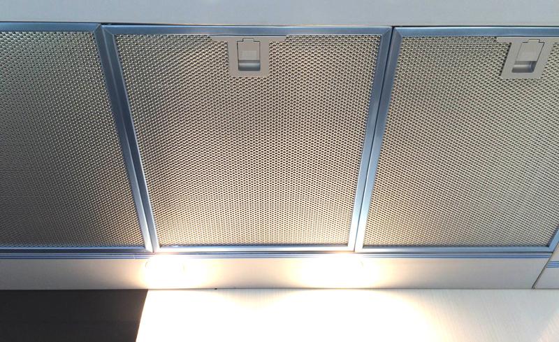 tấm lọc mỡ và đèn chiếu sáng trên máy hút mùi Fagor-CFS 90AXA