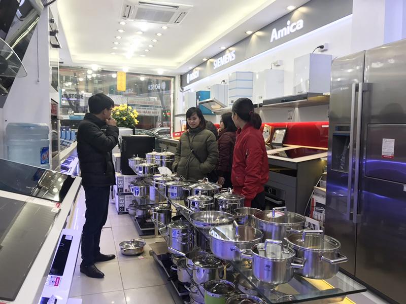Cảnh khách hàng chọn thiết bị bếp tại Bếp Thái Sơn
