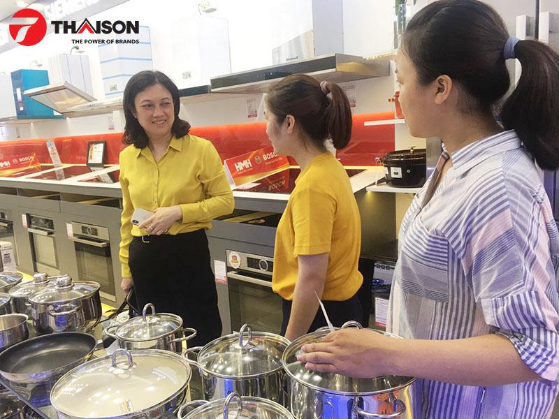 Chị Nguyễn Kim Dung hài lòng về phong cách phục vụ của Bếp Thái Sơn