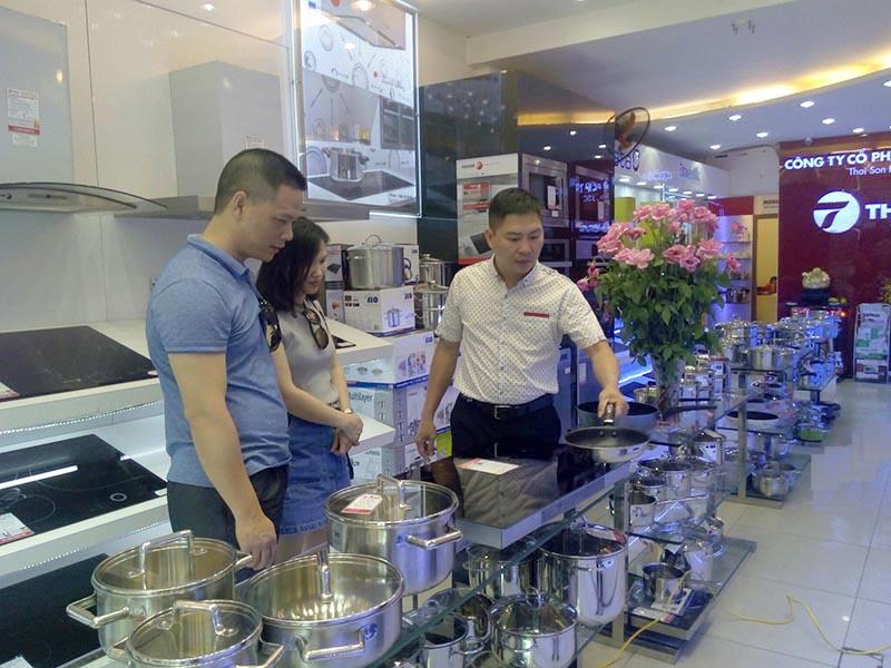 Ông Đỗ Trường Sơn trực tiếp tư vấn sản phẩm cho khách hàng