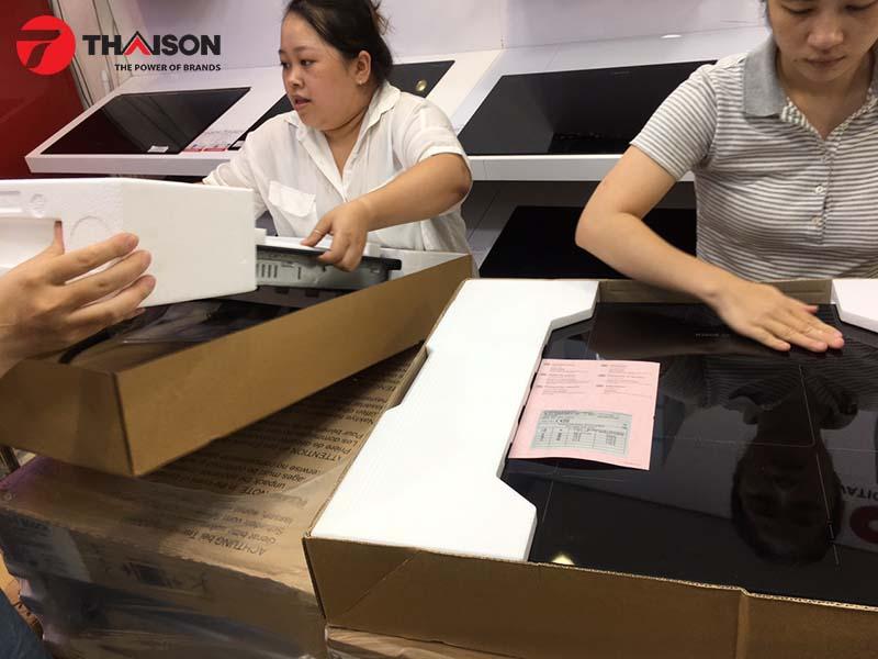 Nhân viên Bếp Thái Sơn kiểm tra kỹ lưỡng từng sản phẩm khi mới nhập về