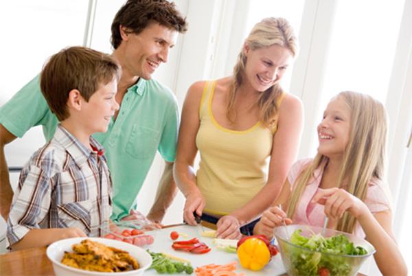 Cả gia đình vui nấu nướng