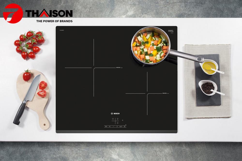 Bếp từ Bosch PUJ631BB2E trong không gian bếp hiện đại.