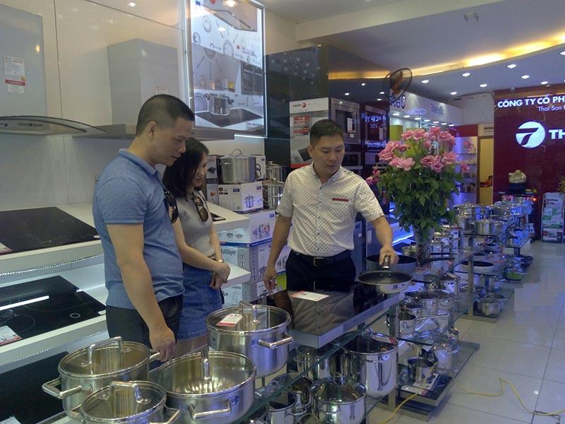 Ông Đỗ Trường Sơn trực tiếp tư vấn và thử bếp cho khách
