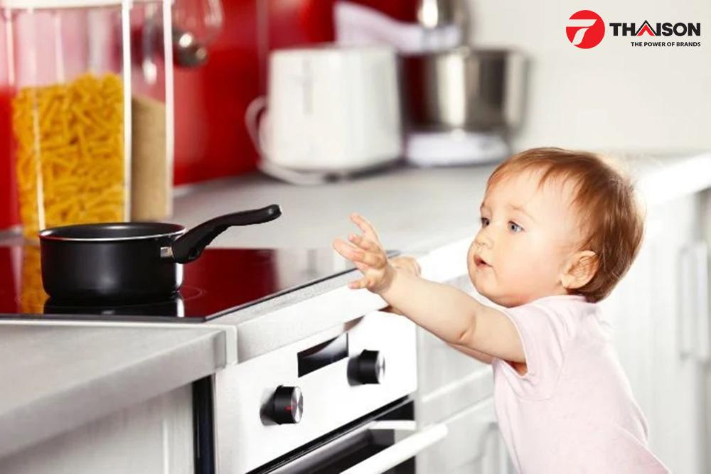Trẻ nhỏ được bảo vệ với chức năng khóa an toàn trên bếp từ Bosch.