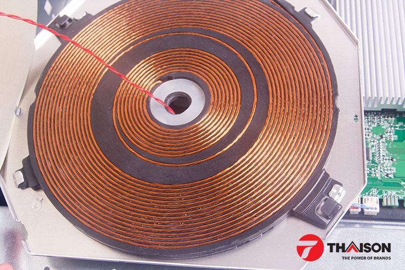 Các vòng dây đồng của mâm từ có đường kính to, xếp khít nhau