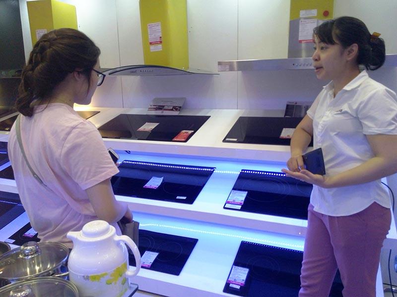 Nhân viên Bếp Thái Sơn tư vấn tận tình cho khách hàng những mẫu bếp hot nhất và phù hợp với từng gia đình