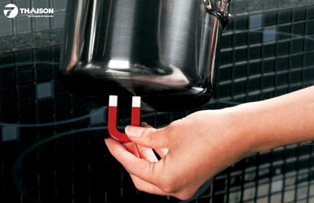 Sử dụng nam châm kiểm tra bộ nồi dùng cho bếp từ.