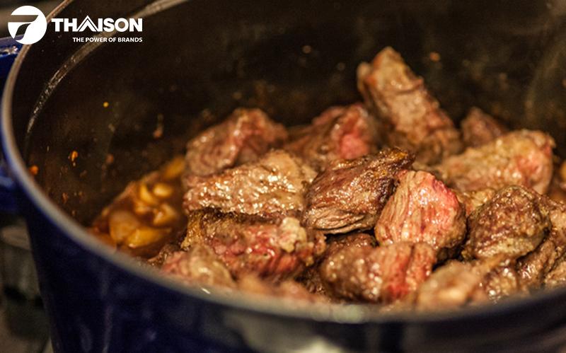 Nồi gang Staub thử nghiệm hoàn hảo với món thịt bò