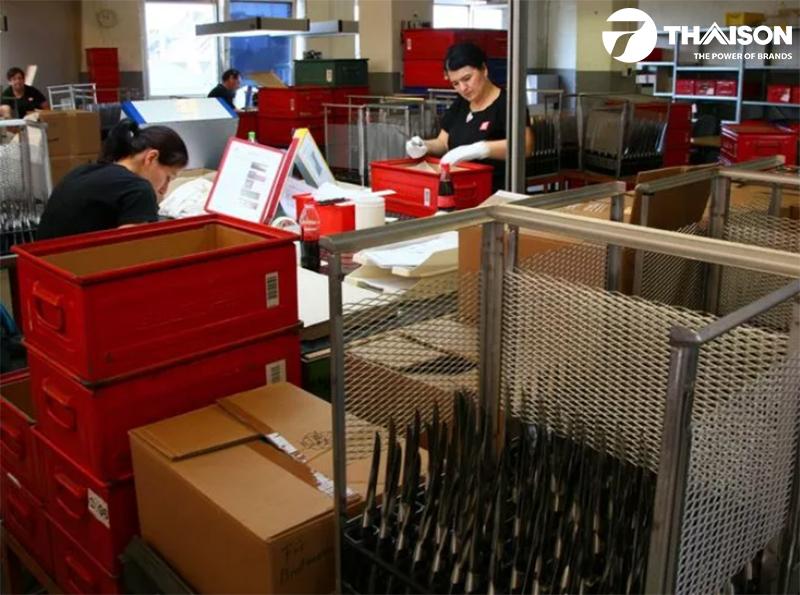 Nhân viên tại nhà máy kiểm tra kỹ lưỡng từng sản phẩm trước khi xuất sang thị trường Việt Nam