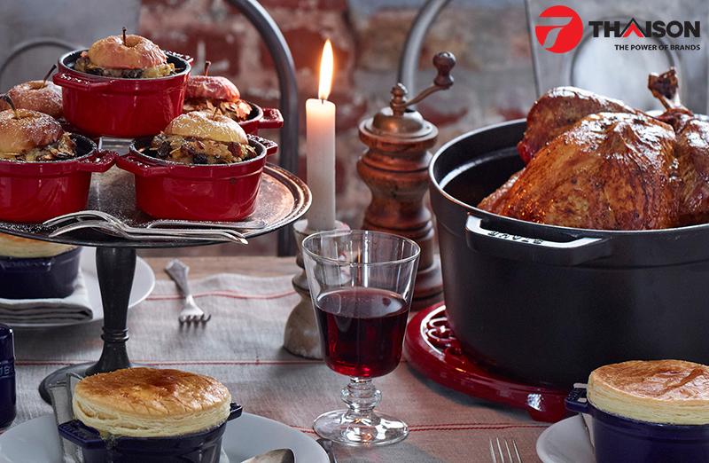 Hiệu suất nấu cao và lý tưởng phục vụ bàn ăn giúp nồi gang Staub phổ biến khắp thế giới