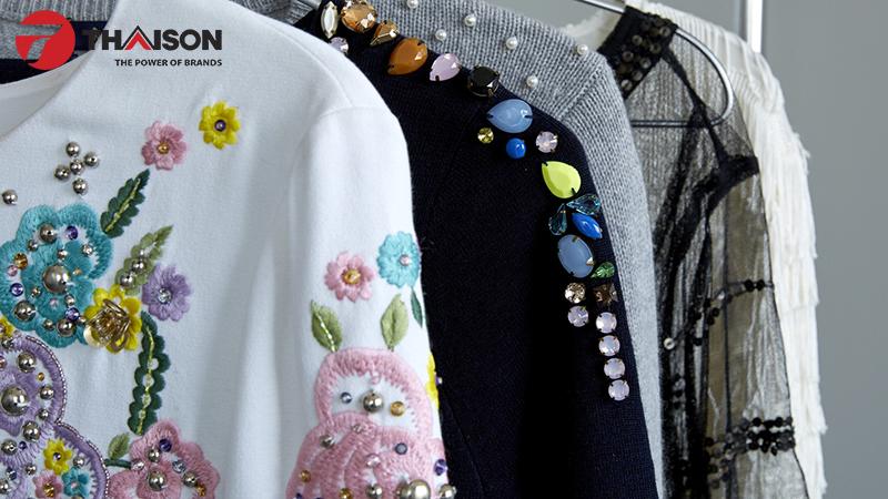 Trang phục đính đá tinh tế không nên cho vào máy giặt
