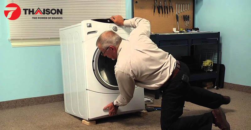 Điều chỉnh và cố định chân máy giặt chắc chắn