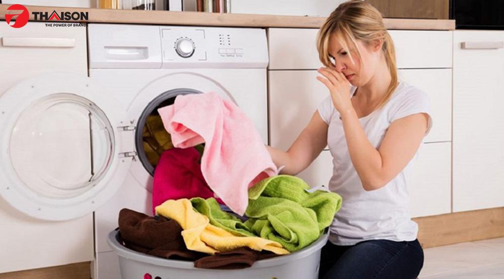 Máy sấy quần áo có mùi hôi khó chịu.