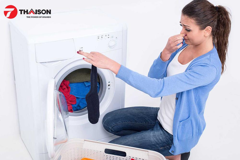 Có mùi khét từ máy sấy quần áo.