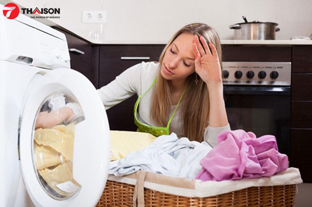 Quần áo bị dồn lại quá nhiều khi máy sấy quần áo báo lỗi.
