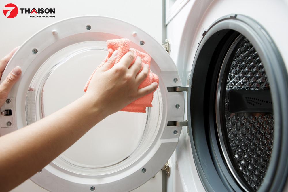 Sử dụng khăn ẩm vệ sinh bên trong máy sấy quần áo.