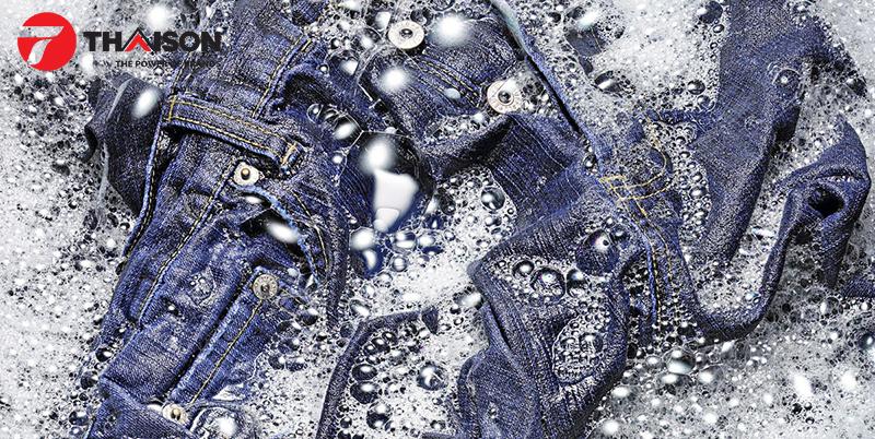 Giặt quần jean bằng nước lạnh để bền màu