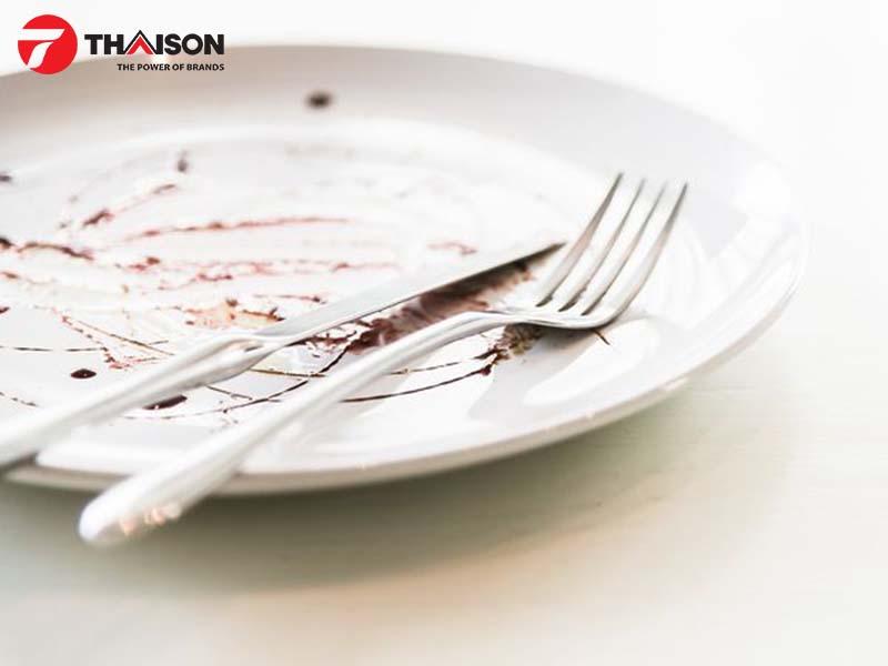 Loại bỏ tất cả các thức ăn thừa ra khỏi bát đĩa