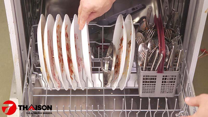 Không nên rửa tráng bát đĩa trước khi cho vào máy rửa bát