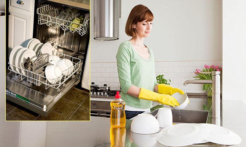 Máy rửa bát, giúp bàn tay phụ nữ không bị ảnh hưởng bởi chất tẩy rửa.