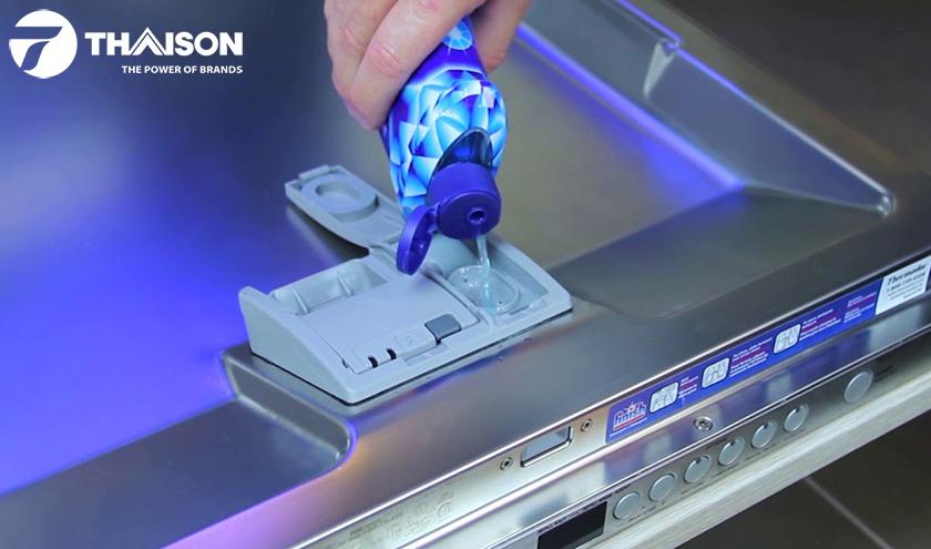 Đổ nước làm bóng vào máy rửa bát.