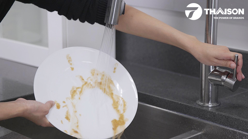 Loại bỏ thức ăn thừa còn trên bát đĩa để rửa hiệu quả hơn