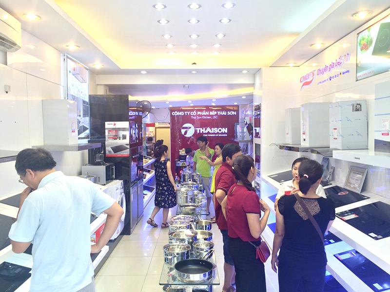 Khách hàng tấp nập mua thiết bị bếp tại Bếp Thái Sơn